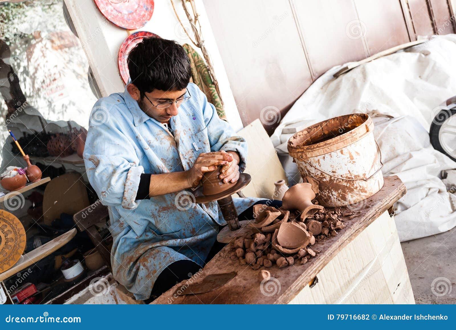 Konstnären arbetar på en traditionell keramisk vas i Cappadocia