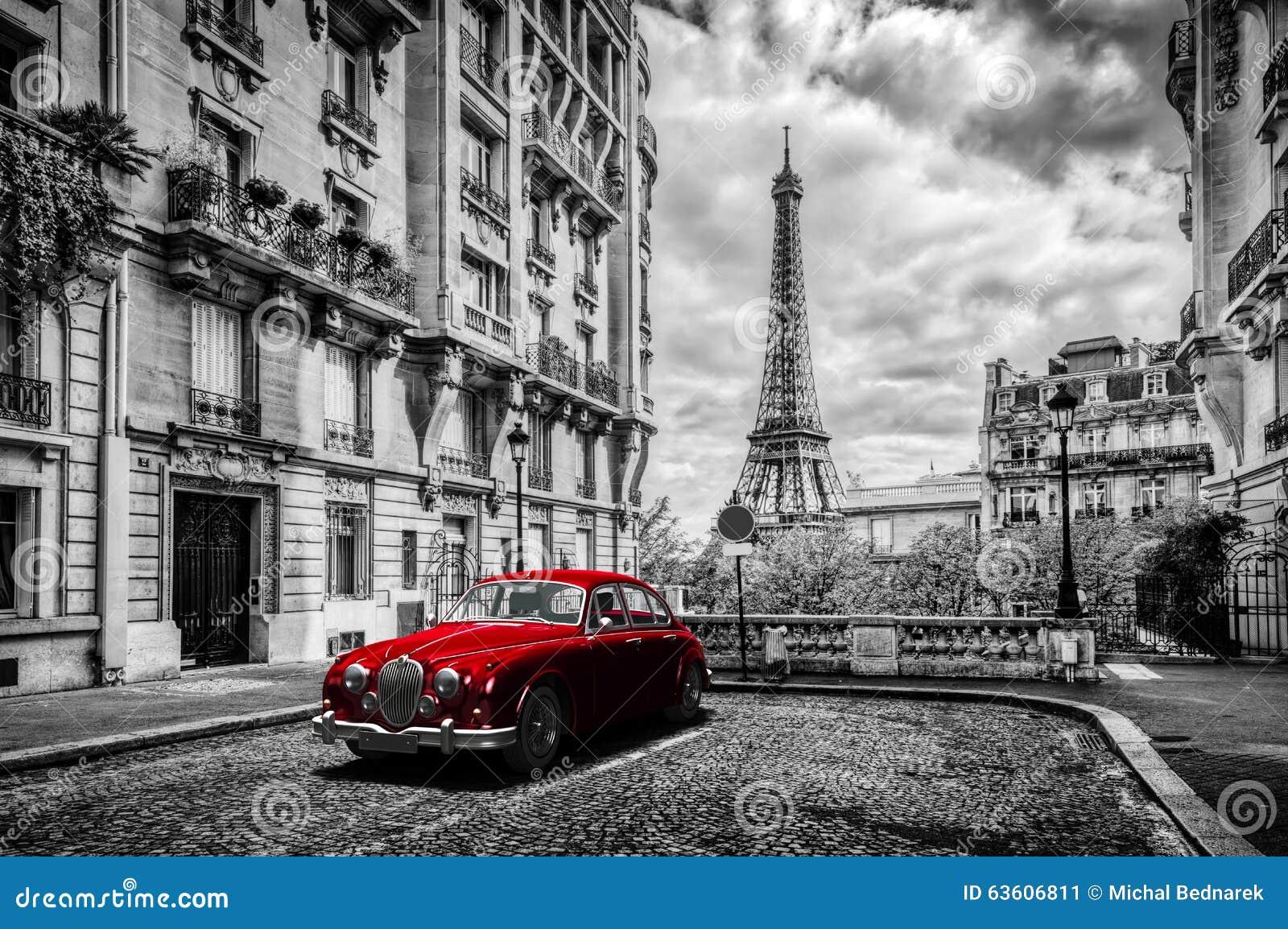Konstnärliga Paris, Frankrike Eiffeltorn som ses från gatan med den röda retro limousinebilen