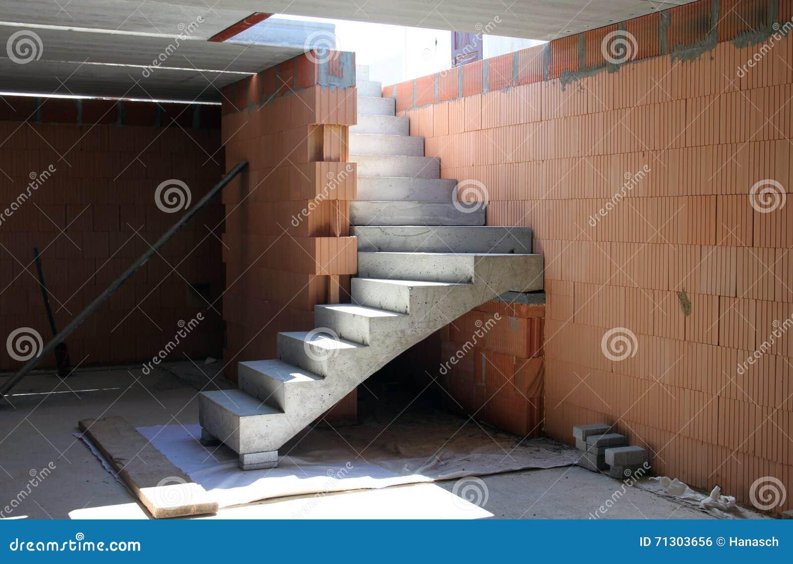 Konstruktion av byggnad, konkret trappa arkivfoto   bild: 71303656