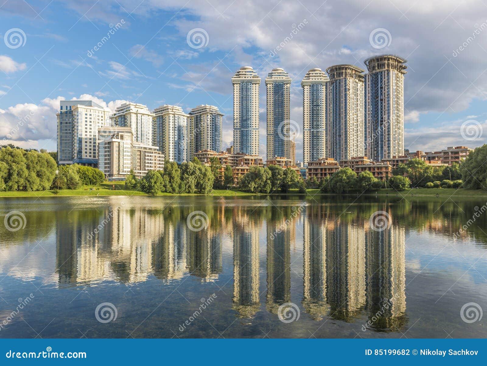 Konstruktionen av nya bostads- hus i Moskva på Mosfilmo