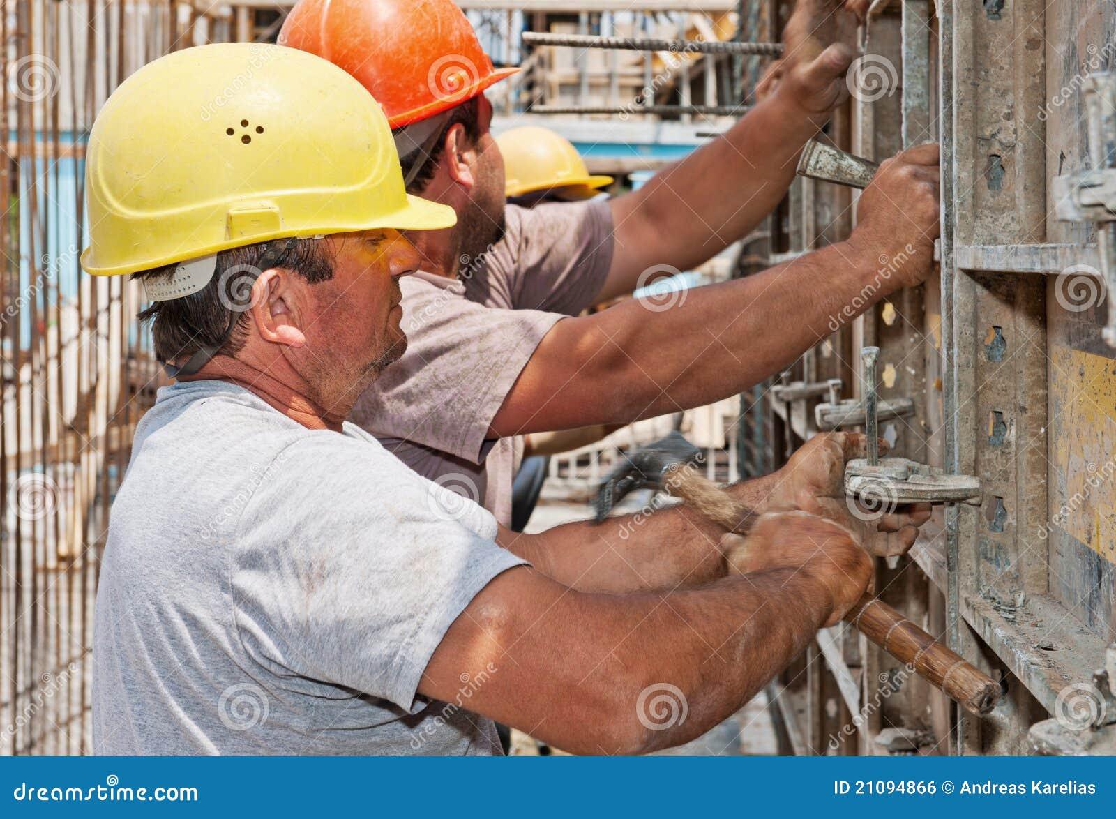 Konstruktionsformworkramar som placerar arbetare