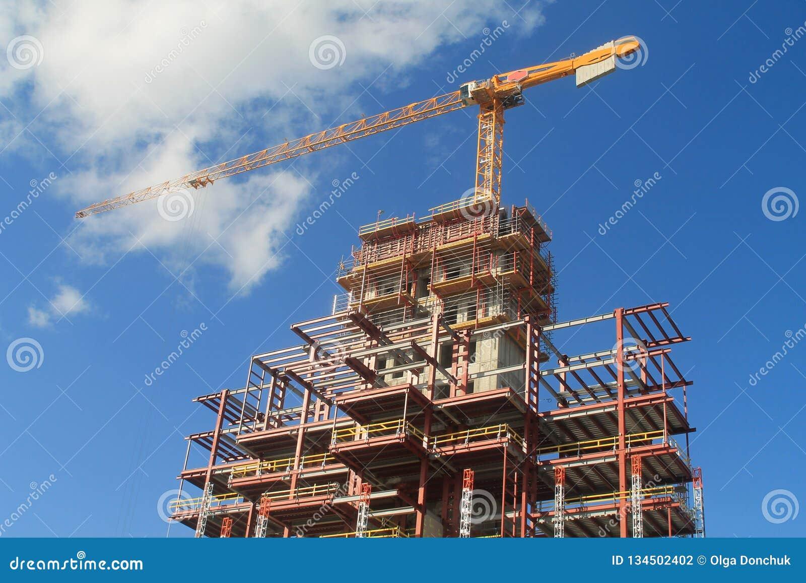 Konstruktionsplats med en tornkran