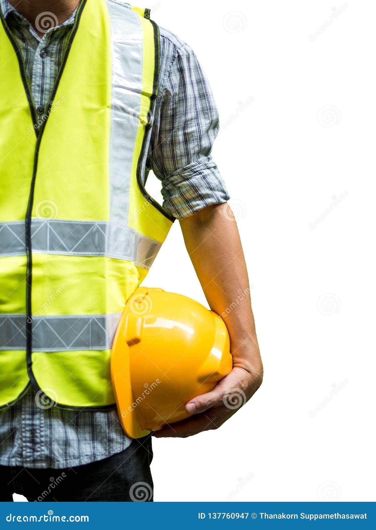 Konstruujący mężczyzna pozycję z żółtym zbawczym hełmem odizolowywającym na białym tle