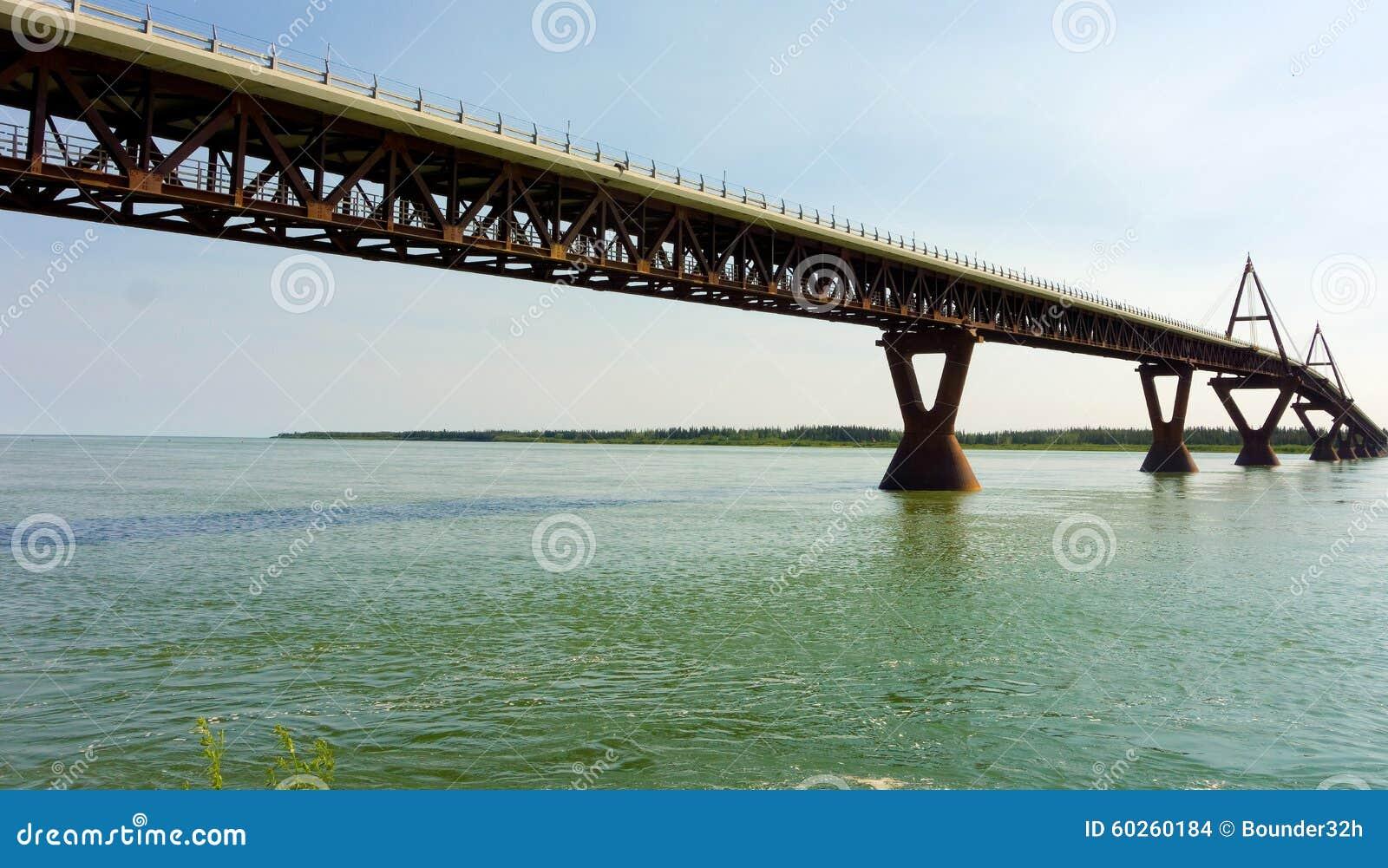 Konstruujący most nad Mackenzie rzeką