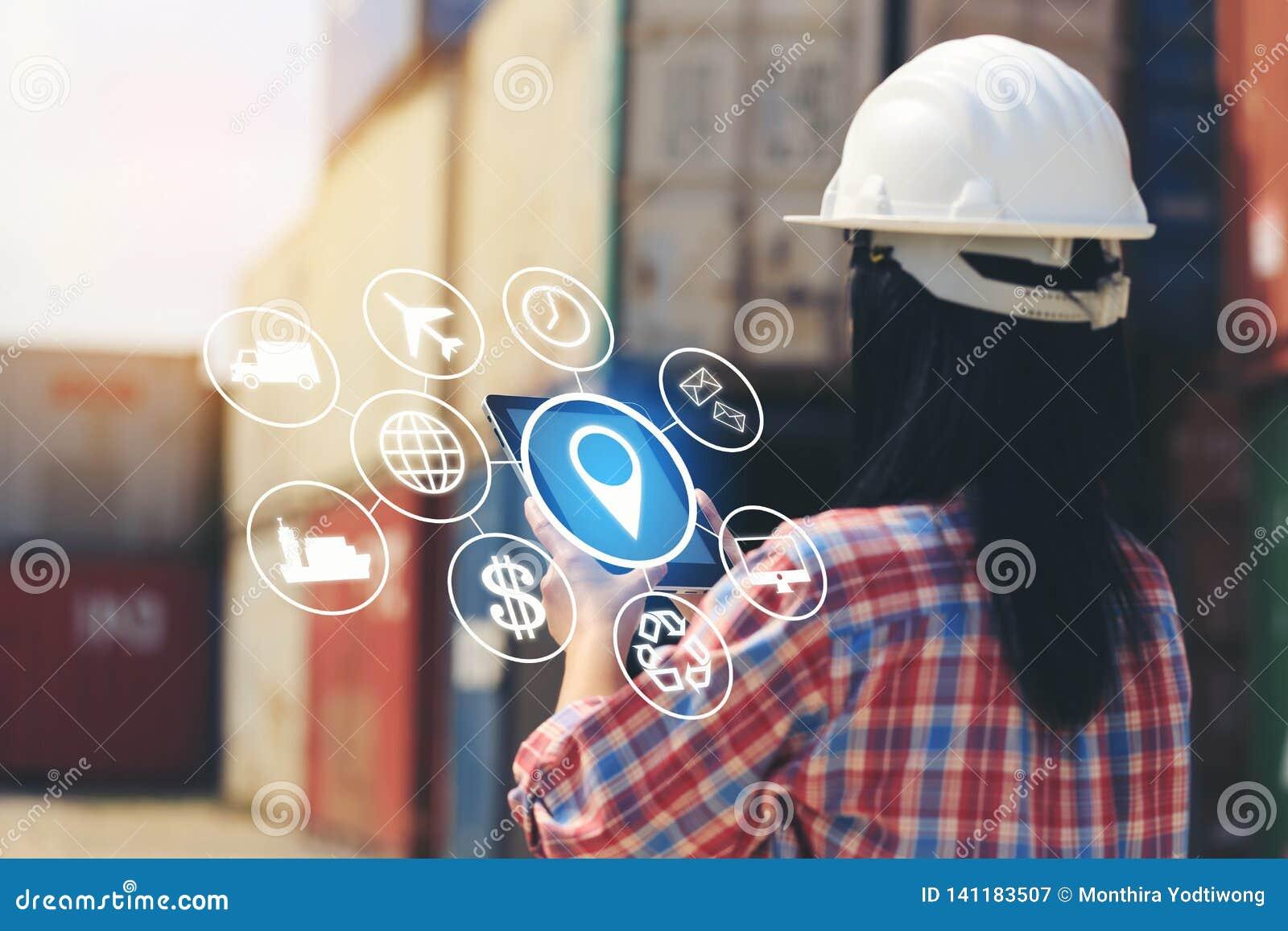Konstruuje rękę trzyma cyfrową pastylkę z hologramem na frontowym eksportowym tle, technologii i biznesie zbiornika i importa,