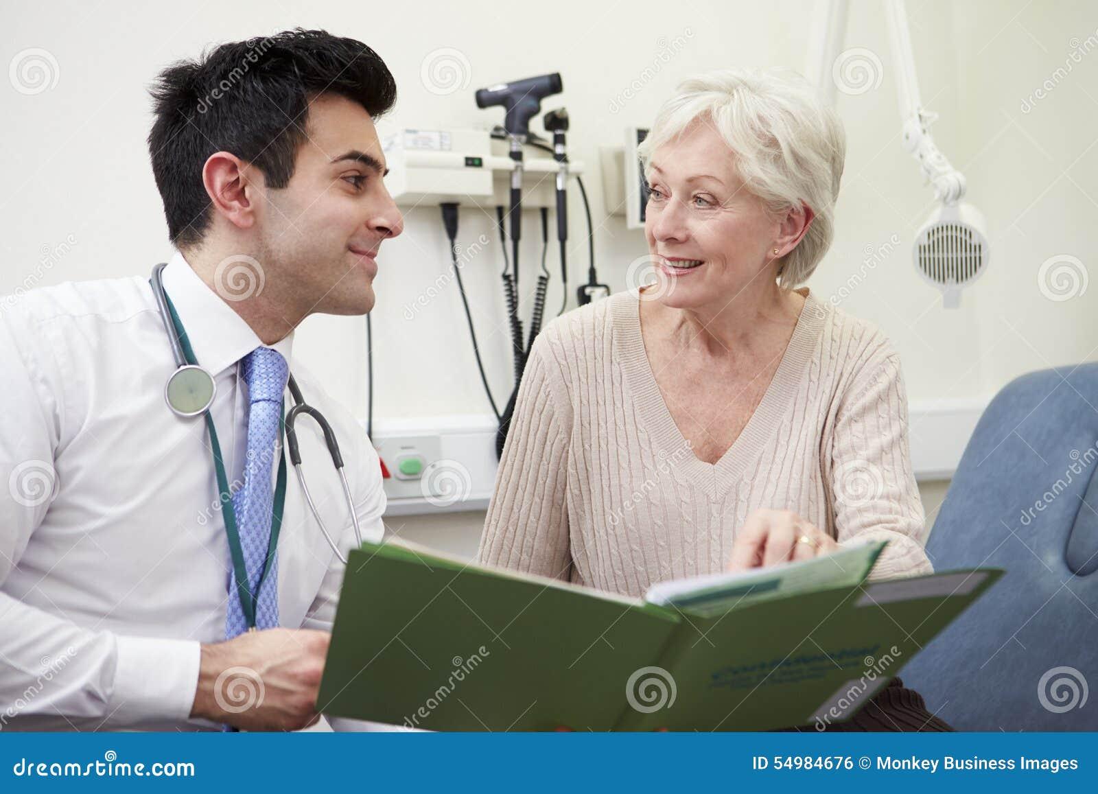 Konsulent Discussing Test Results med patienten