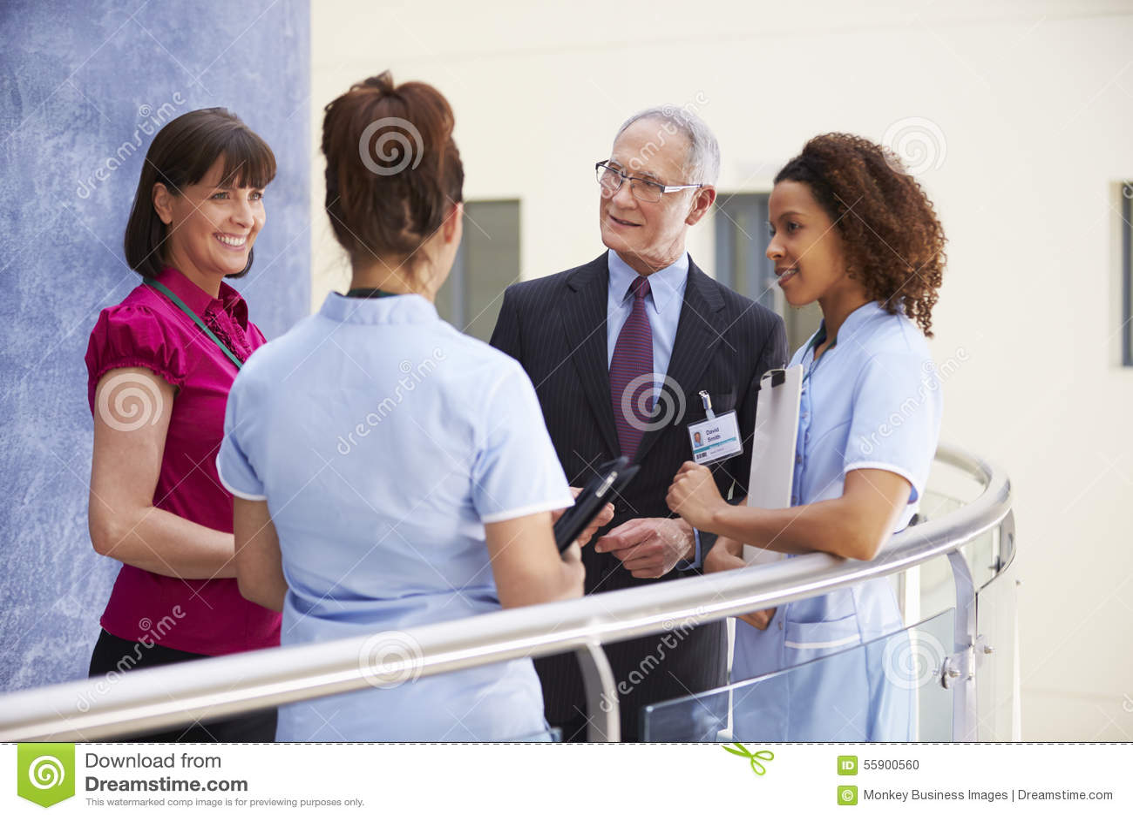 Konsulenter som möter sjuksköterskor som använder den Digital minnestavlan