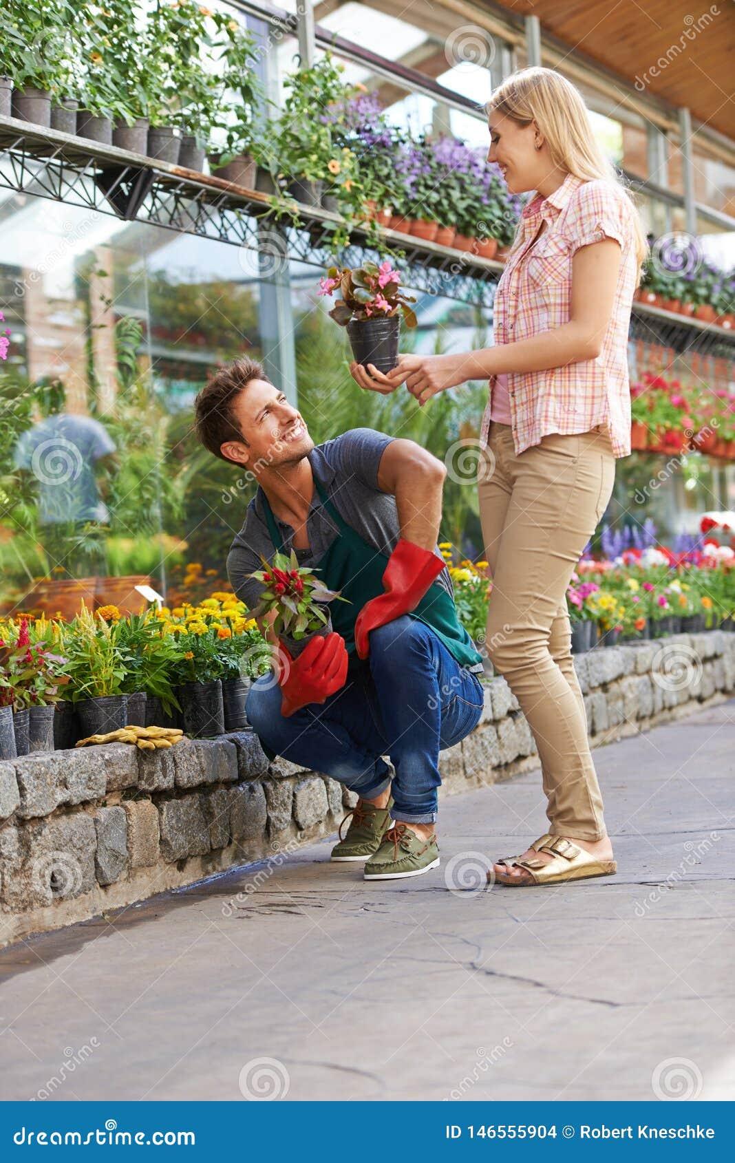 Konsultacja z kwiaciarnią w handlu detalicznym