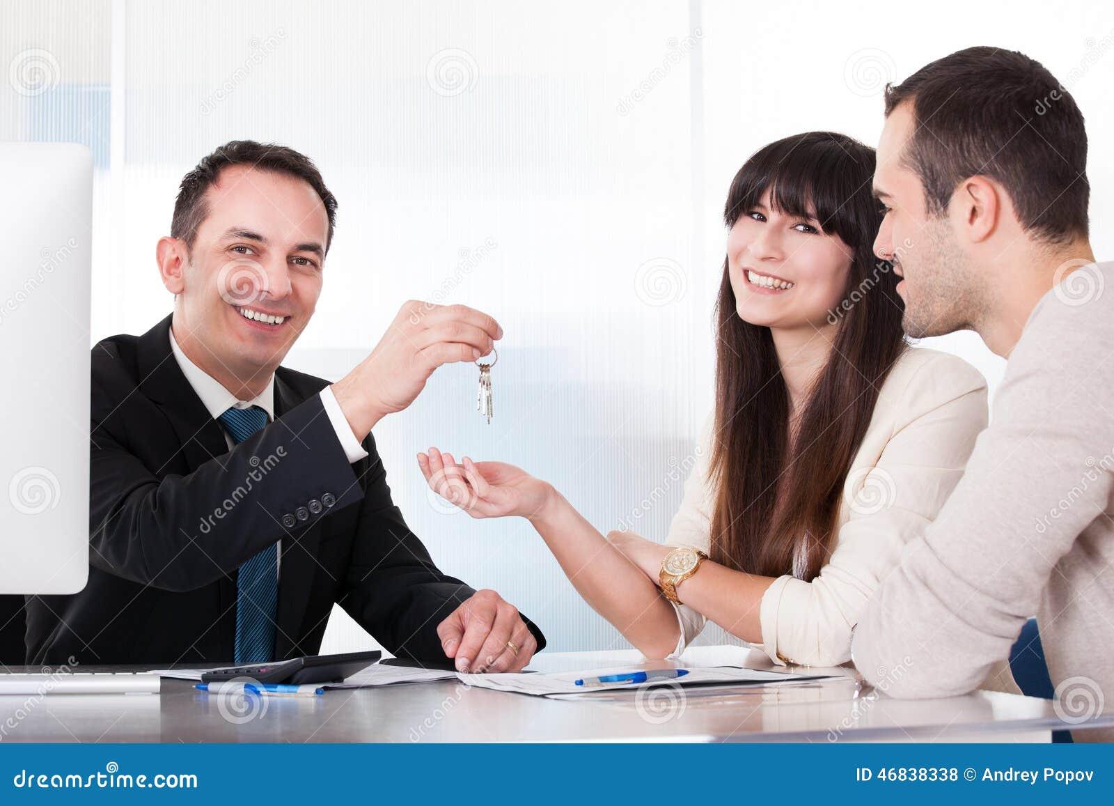 Konsultant daje kluczom para