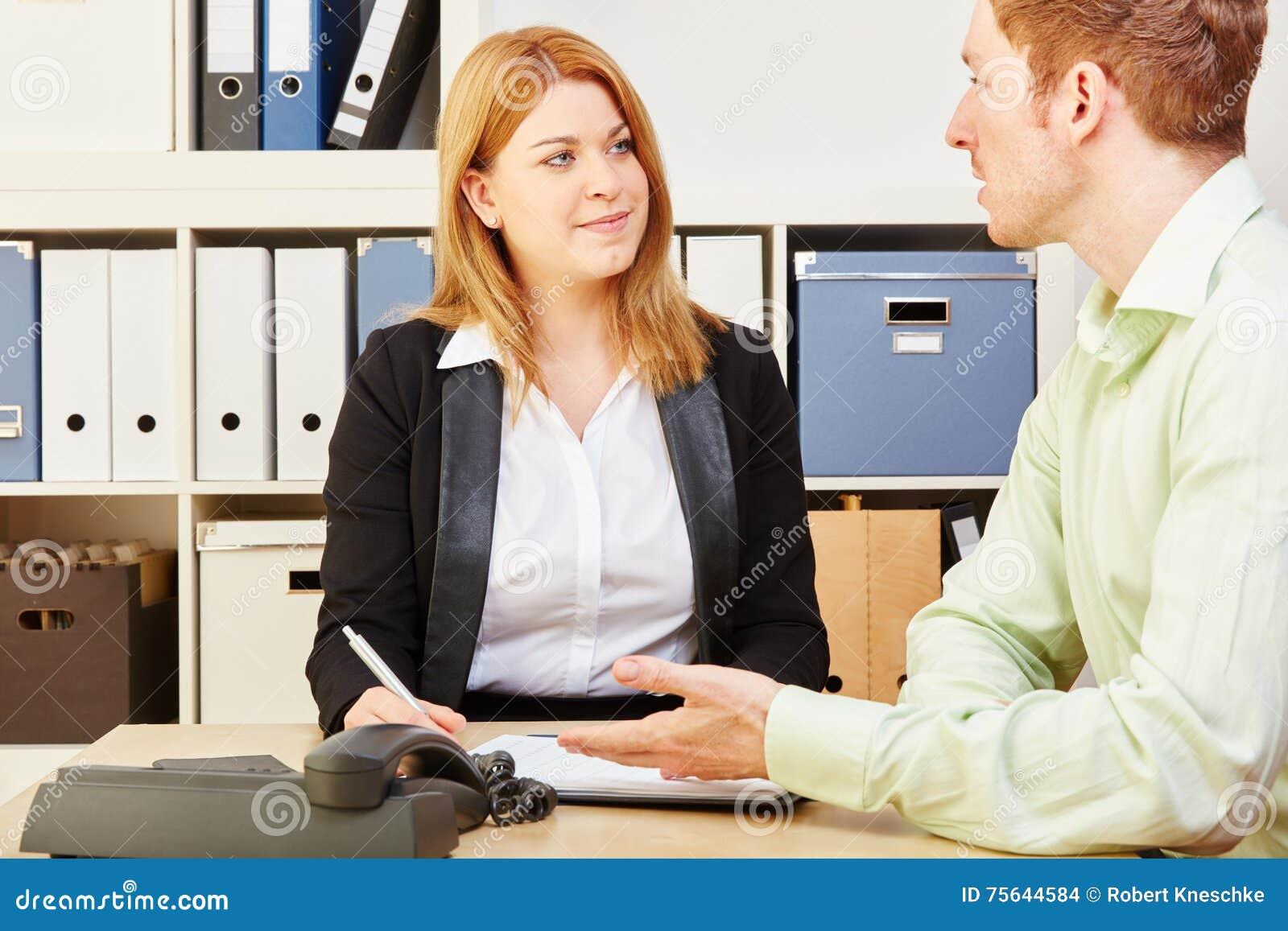 Konsultant daje rada mężczyzna