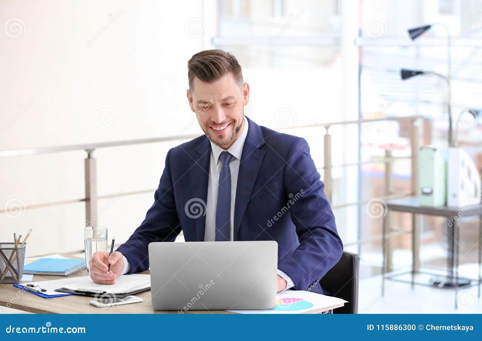 Konsultant pracuje przy stołem