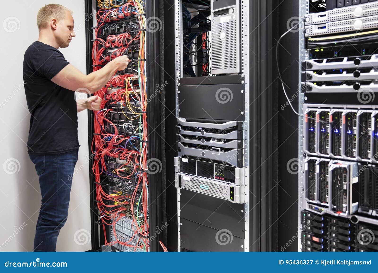 IT konsultant Pracuje Z sieć kablami Łączącymi serwery