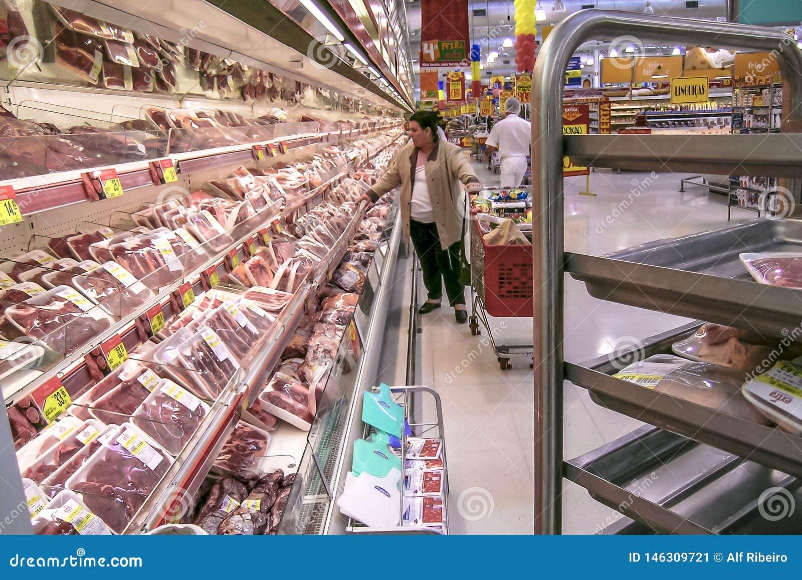 Konsumenci w mięsnej sekcji w supermarkecie