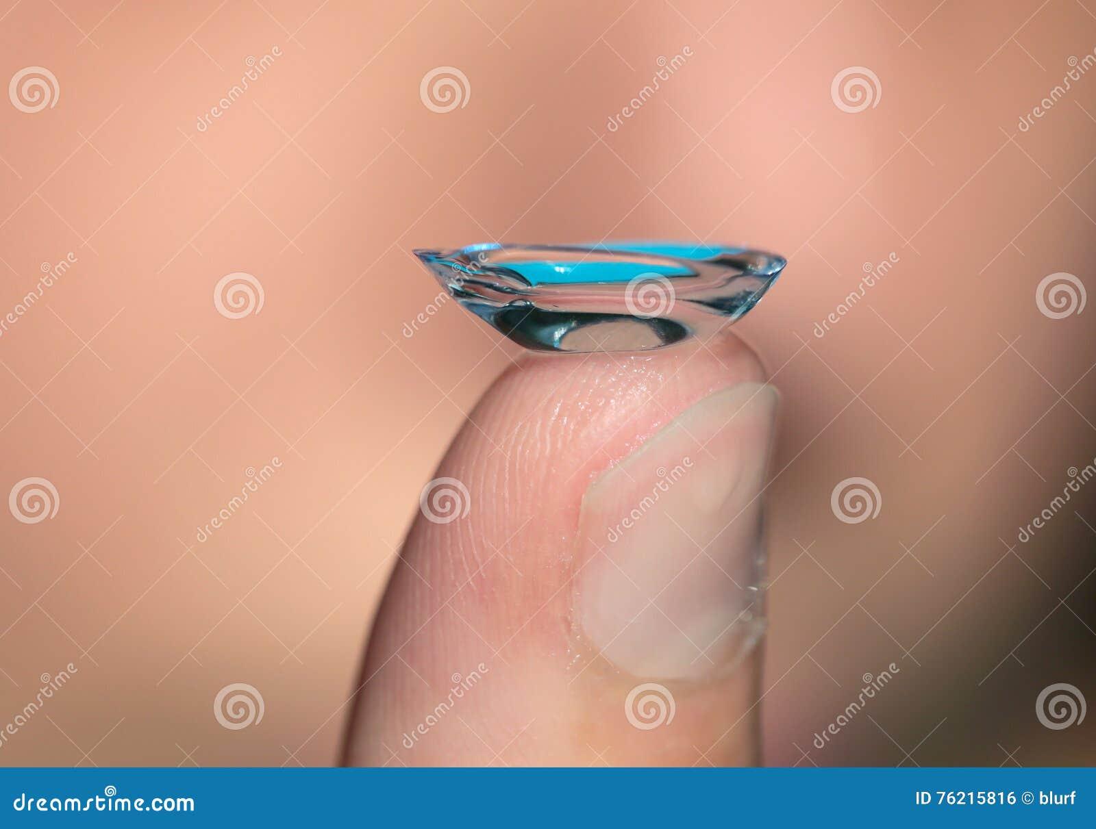 Kontaktlins på ett finger