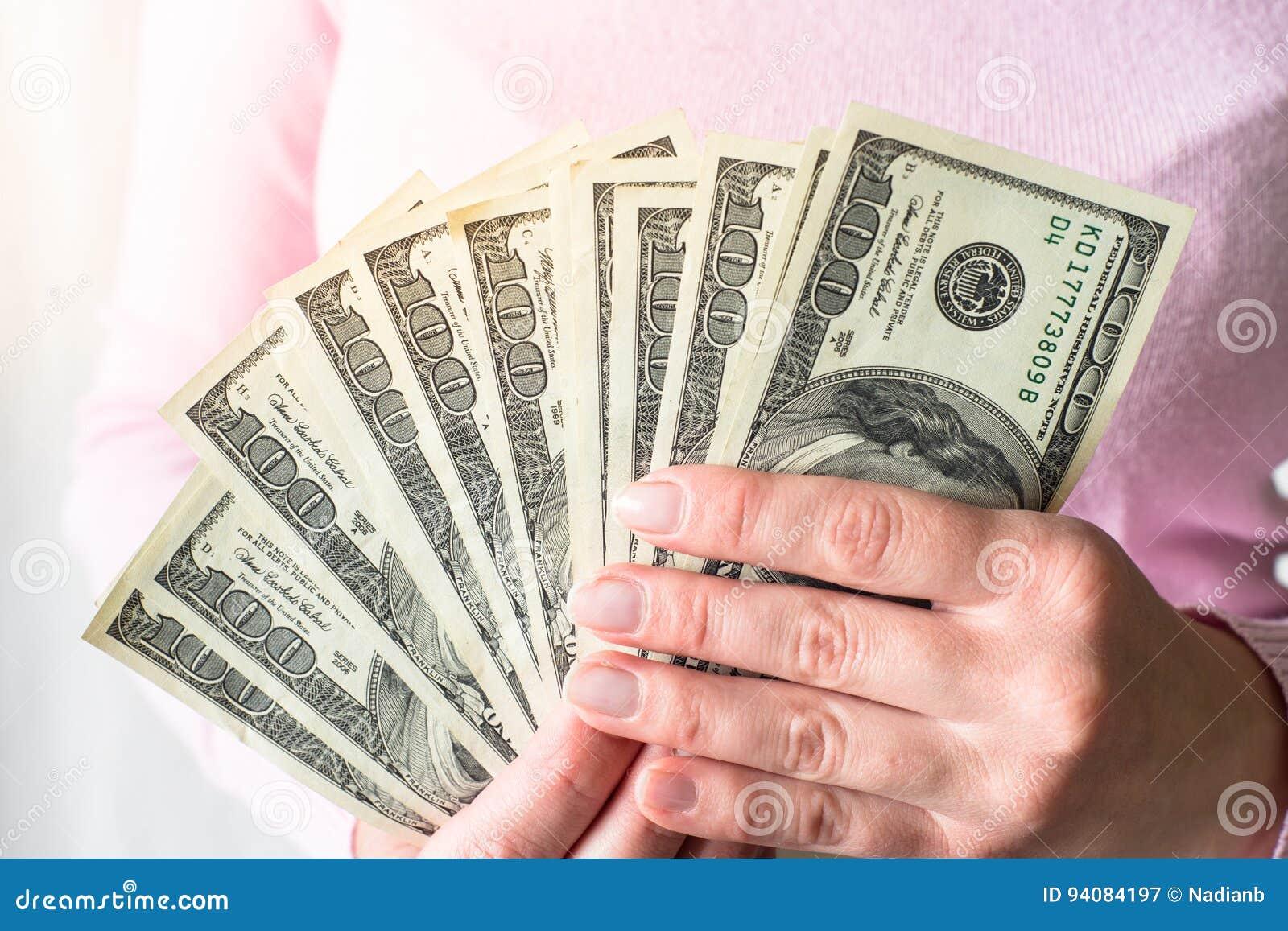 Kontant pengardollar i händer