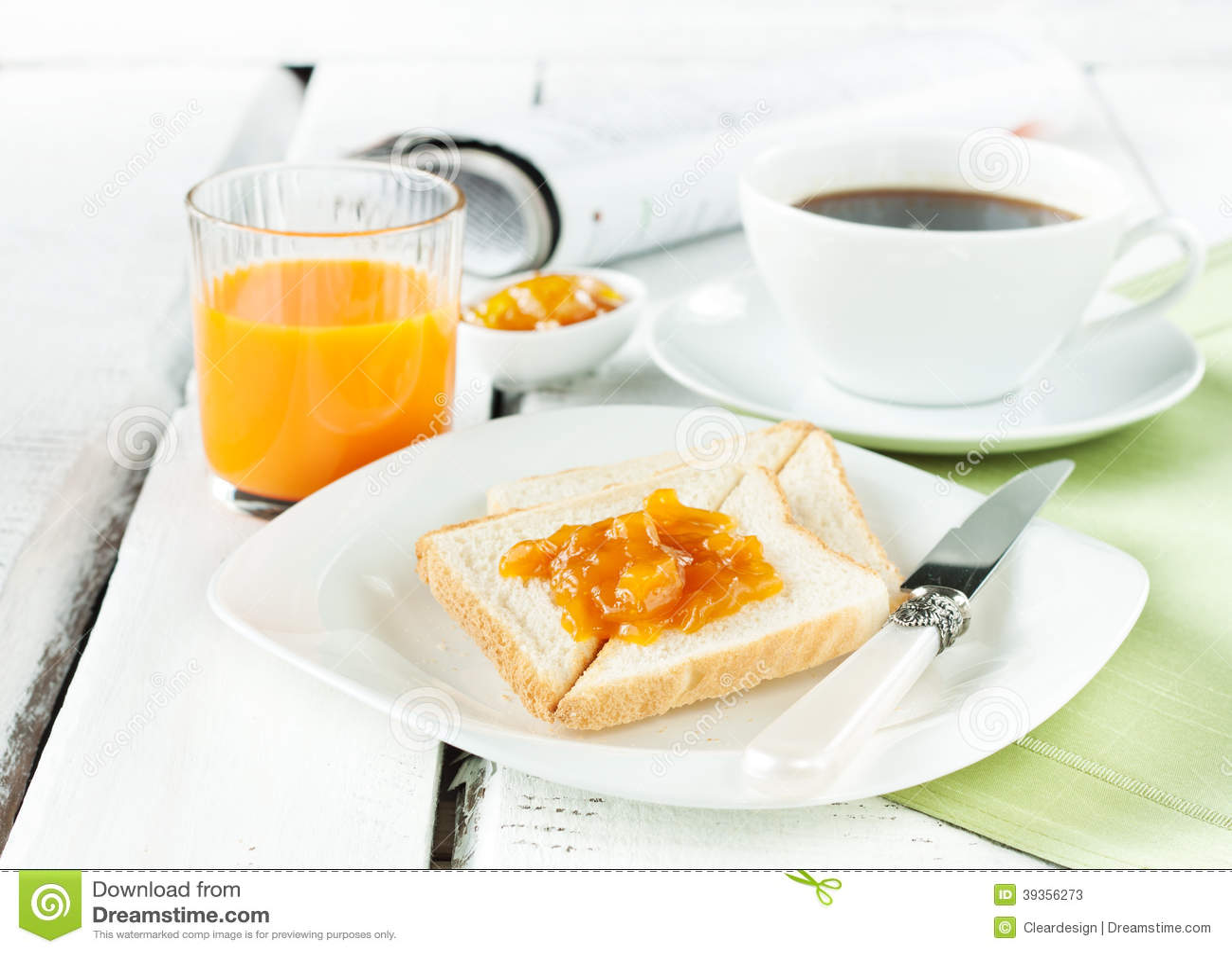 Kontinental frukost - kaffe, orange fruktsaft, rostat bröd