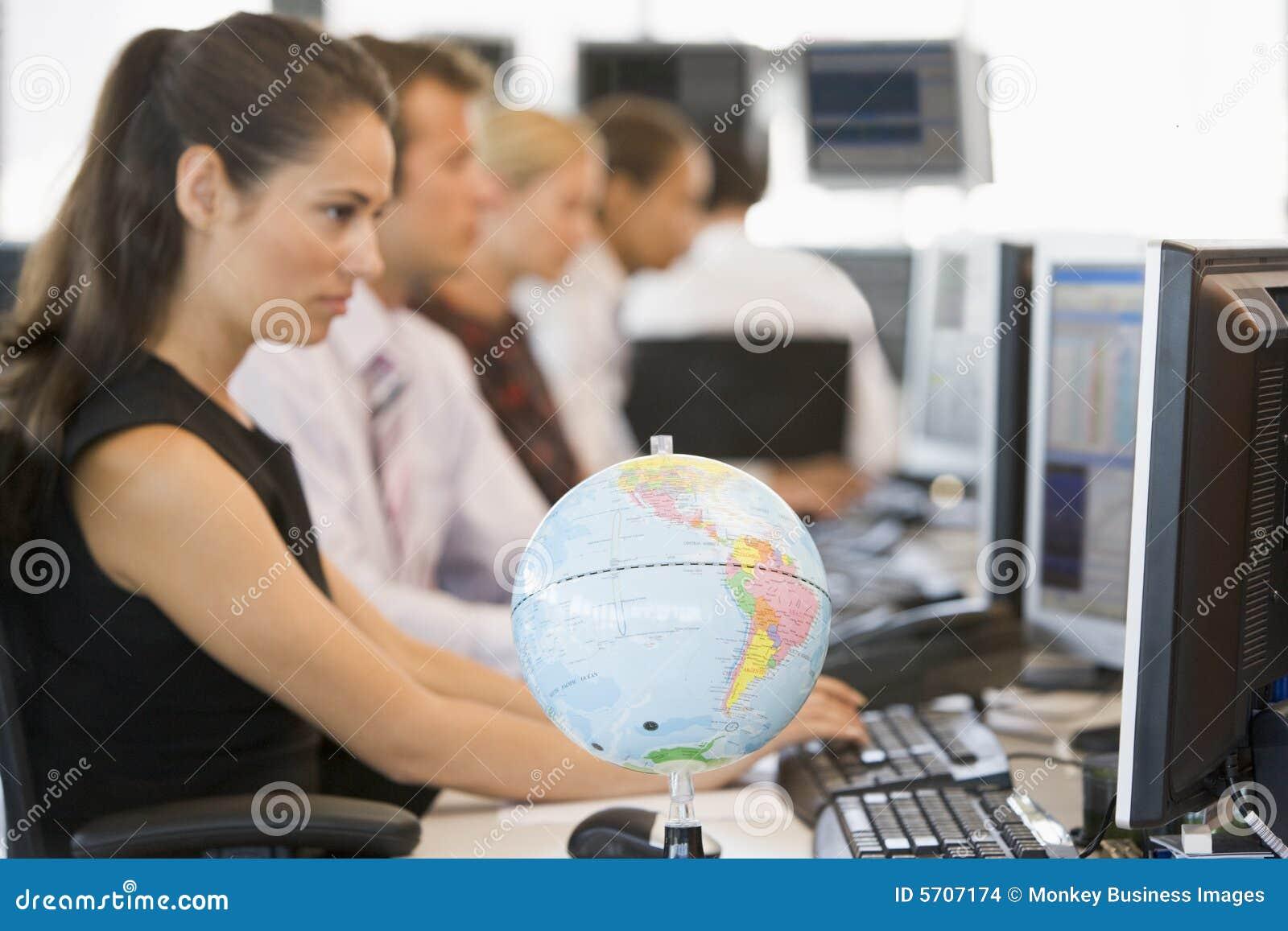 Kontor för jordklot för businesspeopleskrivbord fem