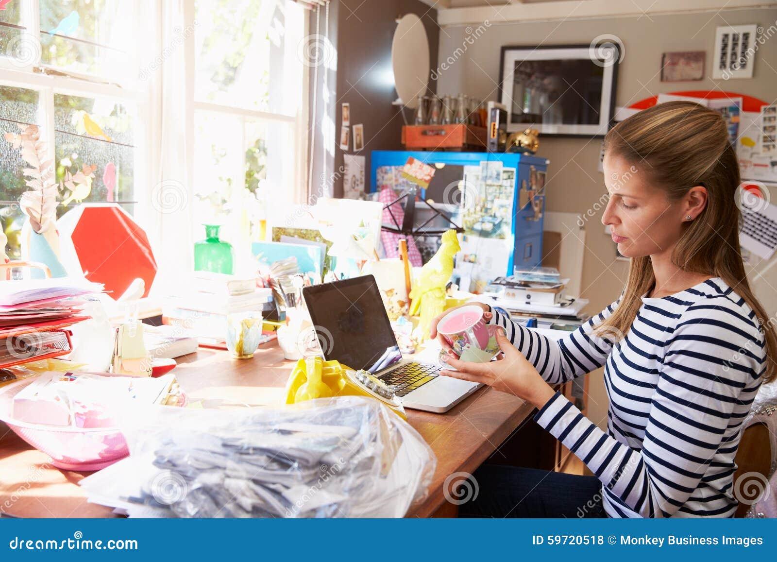 Kontor för små och medelstora företag för kvinna rinnande hemifrån