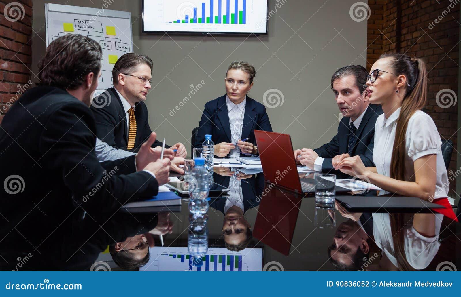 Kontorsarbetare som har möte