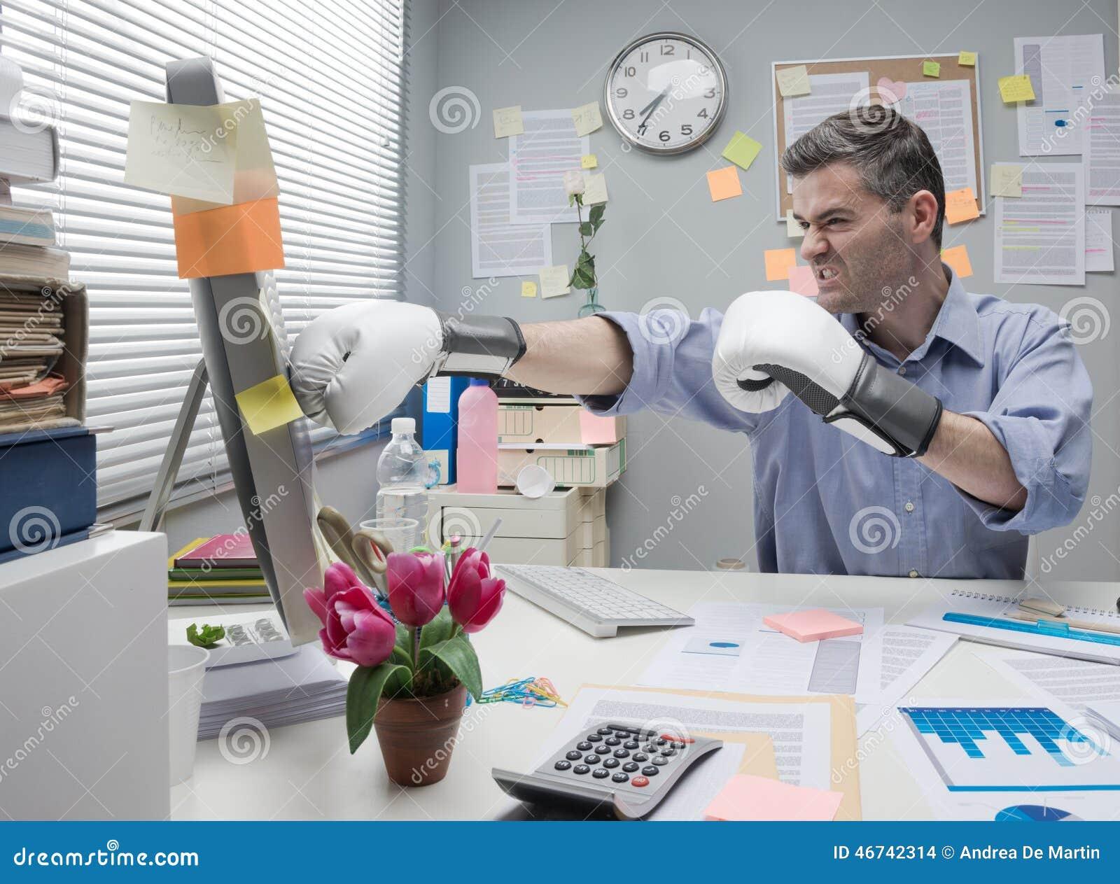 Kontorsarbetare som stansar datoren
