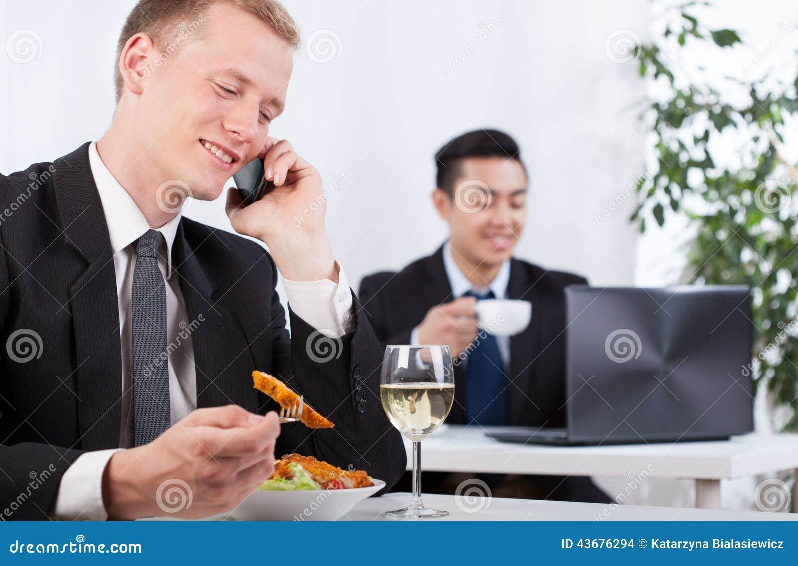 Kontorsarbetare som tar ett avbrott för lunch