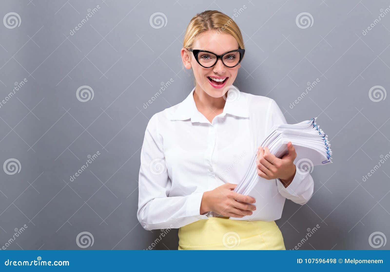 Kontorskvinna med en bunt av dokument