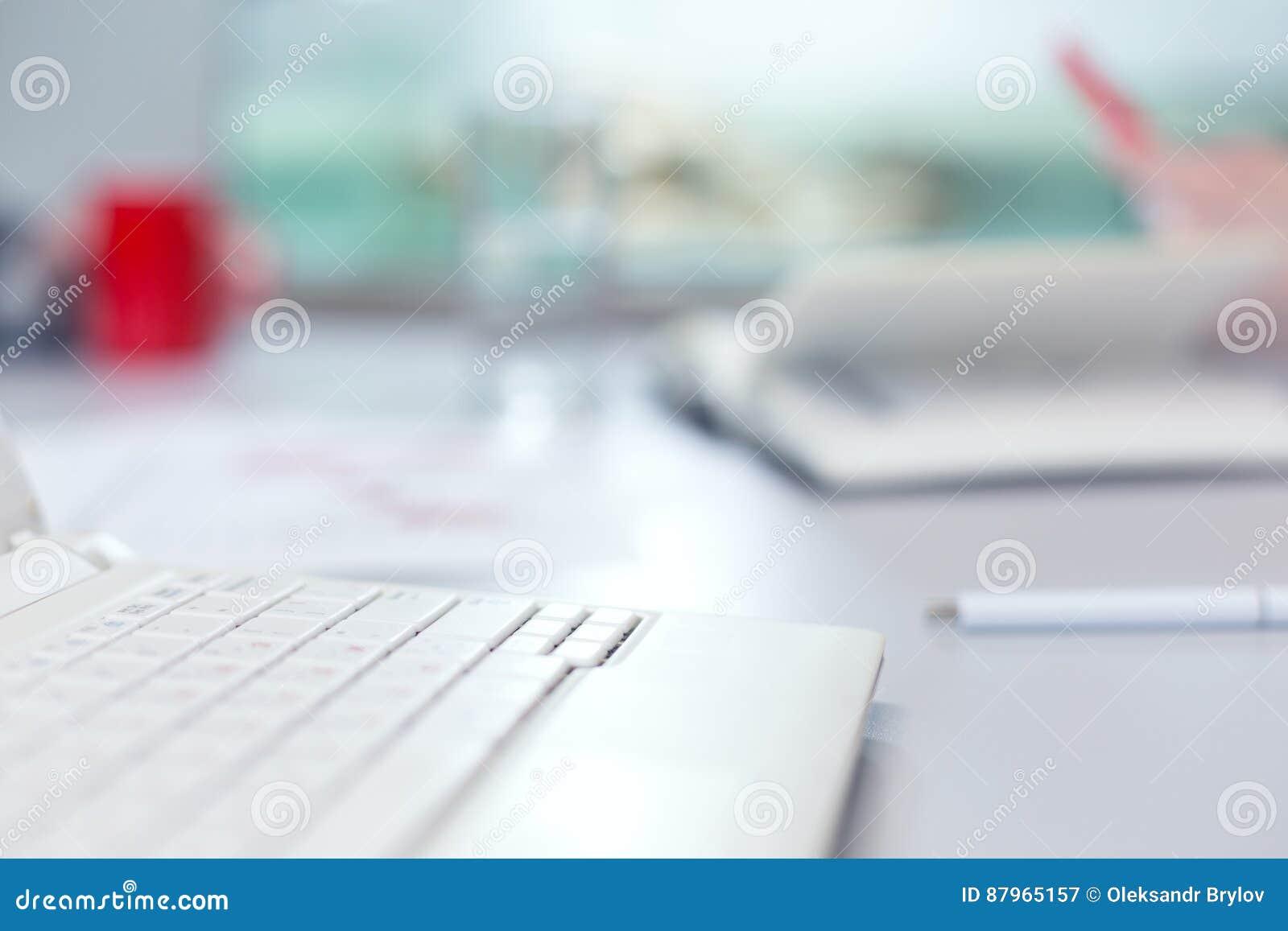 Kontorslivbegrepp - datorexponeringsglas av vatten och brevpapper