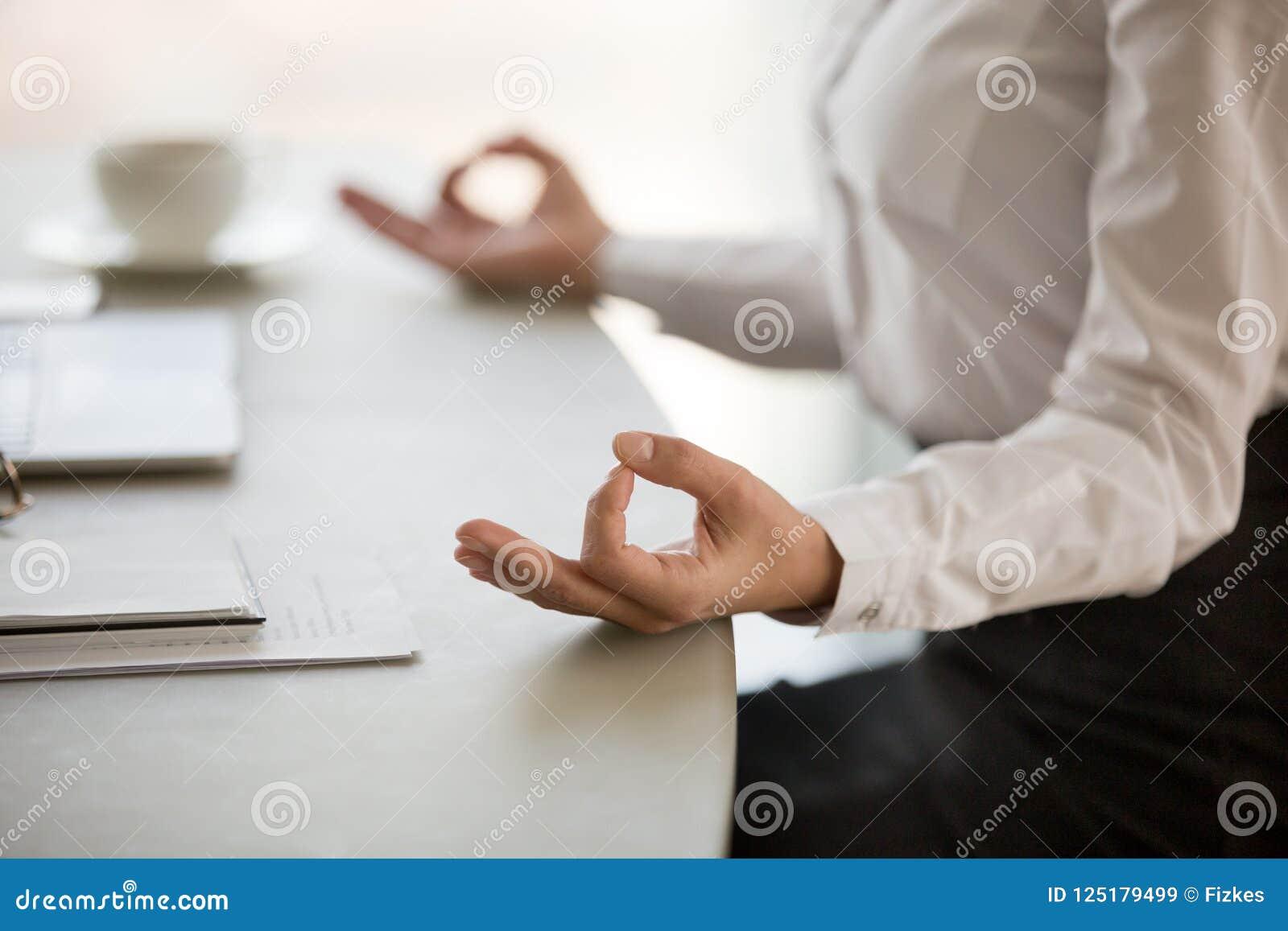 Kontorsmeditation för att förminska begreppet för arbetsspänning, kvinnliga händer