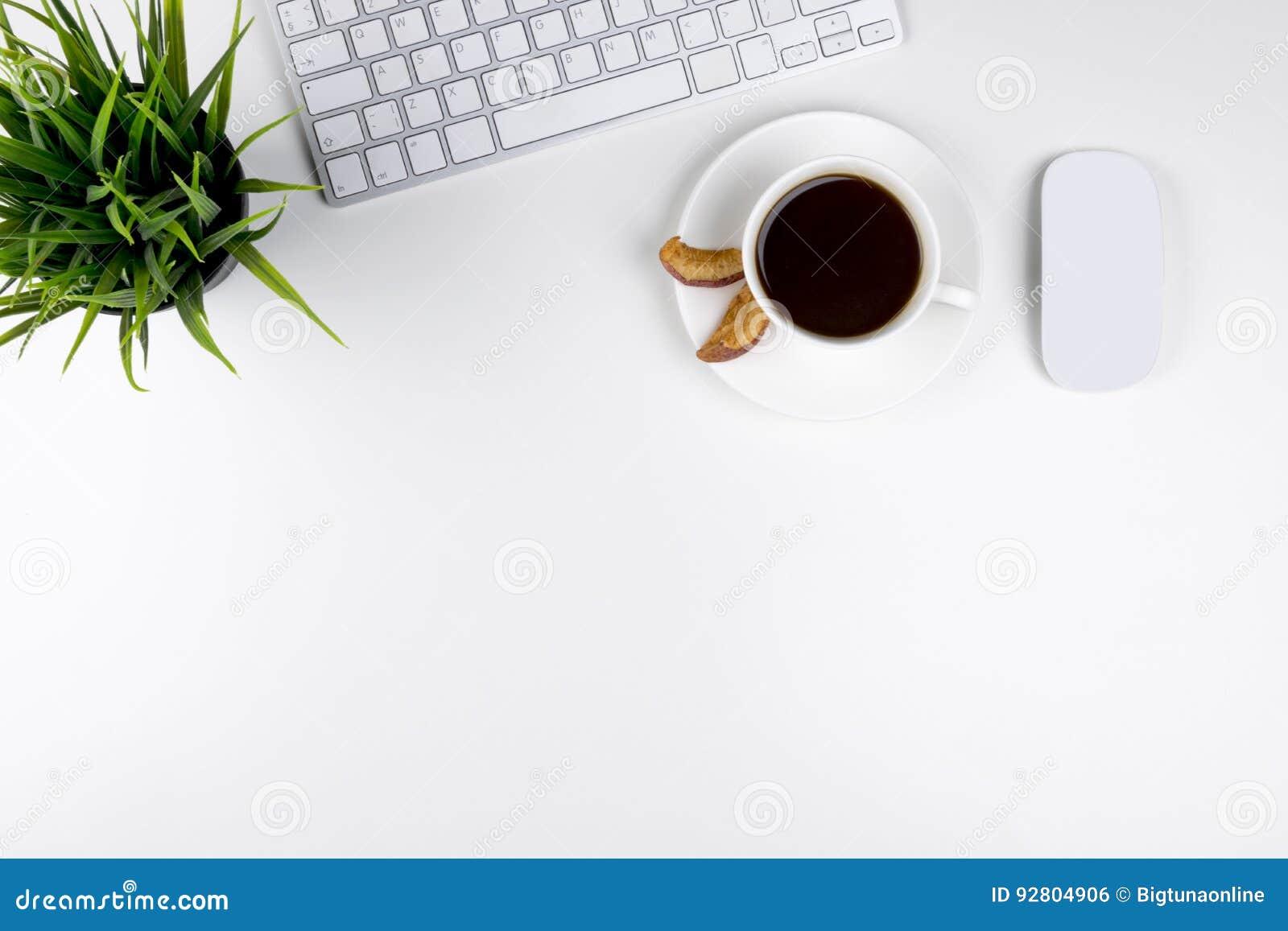 Kontorsskrivbord med kopieringsutrymme Digital apparater trådlöst tangentbord och mus på kontorstabellen med koppen kaffe, bästa