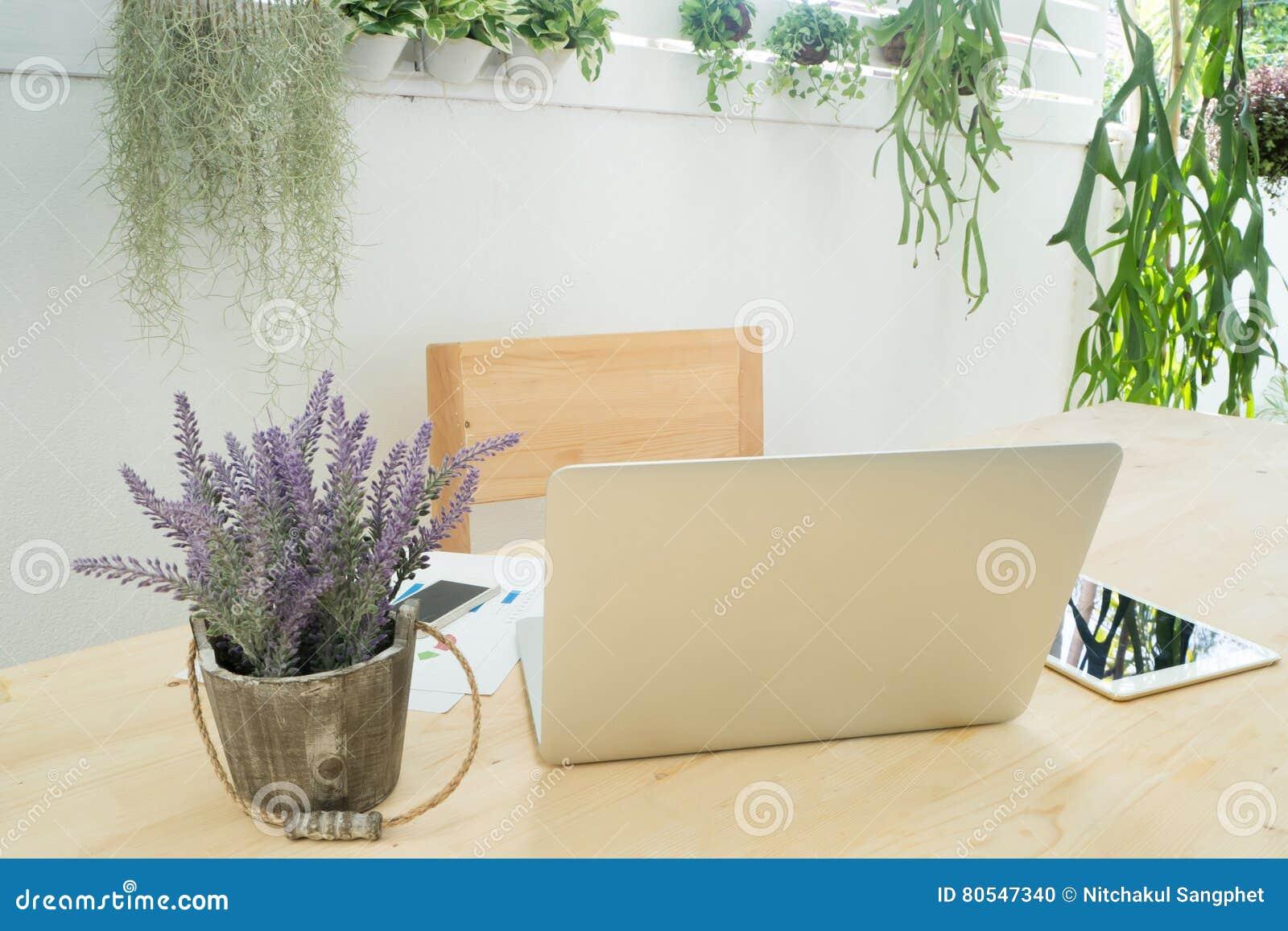 Kontorstabell med baksida av skärmbärbara datorn, informationsdata, tabell