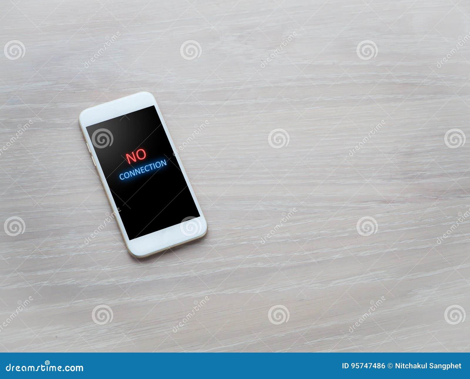 Kontorstabell med inget anslutningsmeddelande på mobiltelefonskärmen