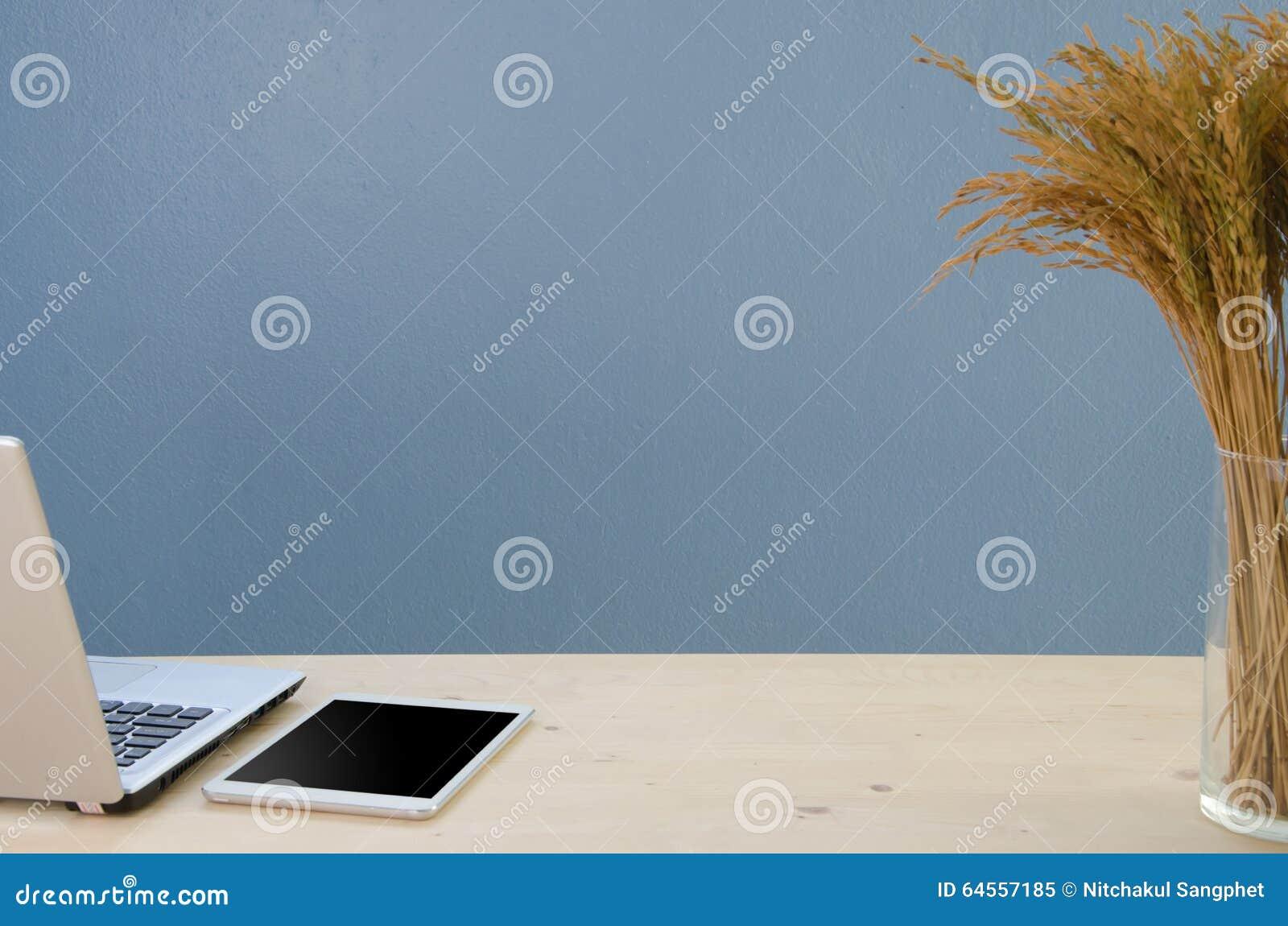 Kontorstabell med notepaden, datoren och det torra trädet Sikt från abov