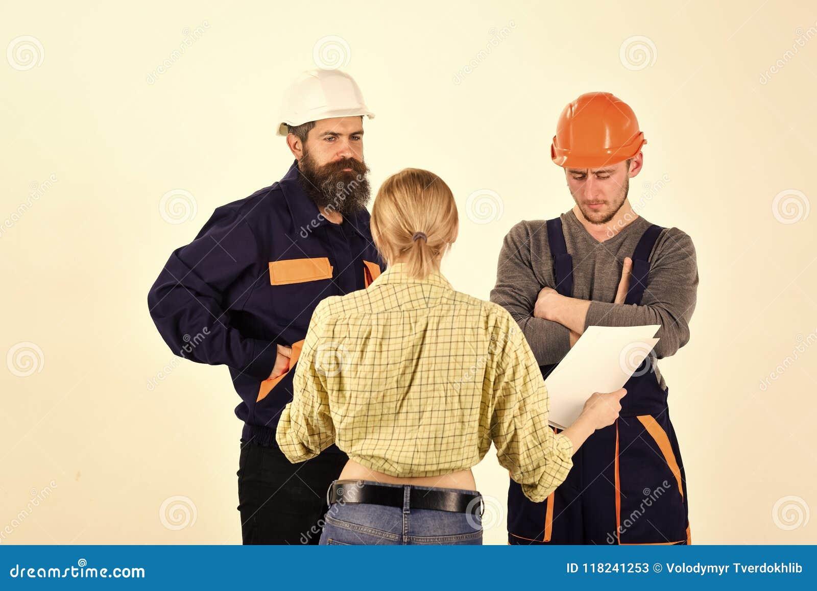 Kontraktacyjna praca Praca Za granicą Nieporozumienia pojęcie Brygada pracownicy, budowniczowie w hełmach, naprawiacze, damy argu