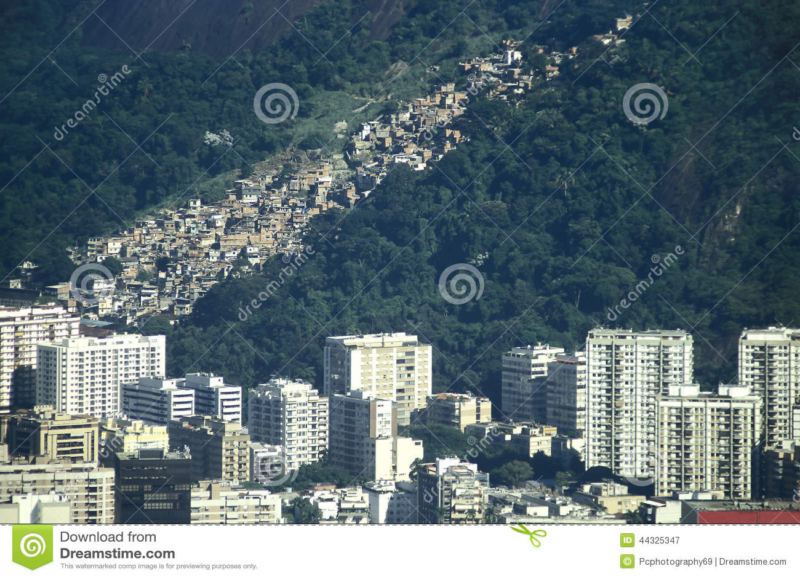 Kontrast bewtween rikedom och armod i Brasilien: skyskrapor