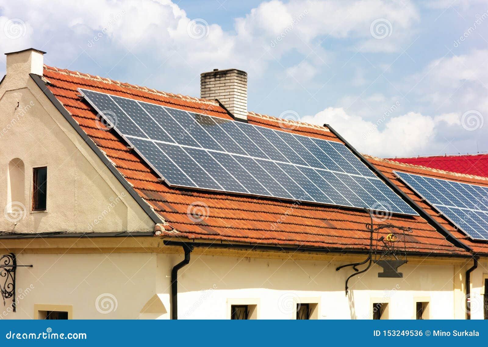 Kontrast stary dom nowożytna technologia i gdy ono używa słonecznego dach
