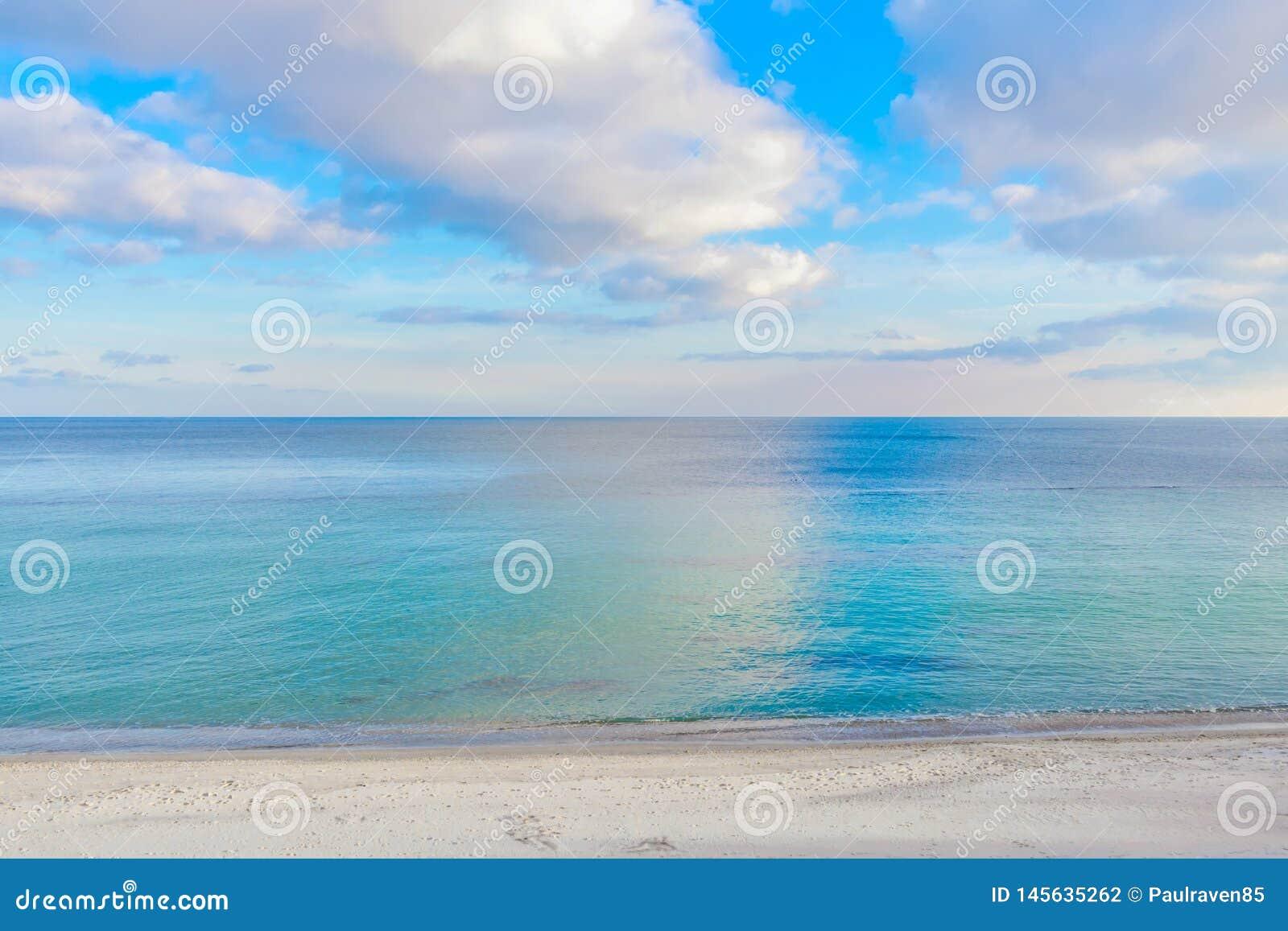Kontrastfoto av havet och den molniga himlen oklarheter reflekterat vatten Fotspår på kust- sand