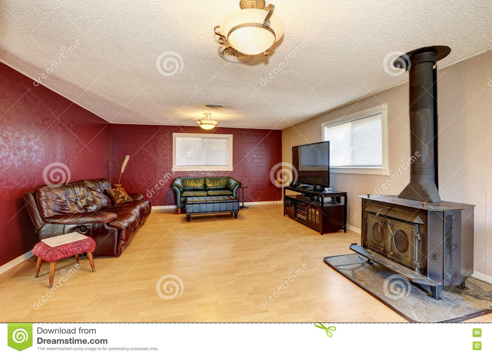 Kontrastieren Sie Rote Wand Im Wohnzimmer Mit Antikem Kamin ...