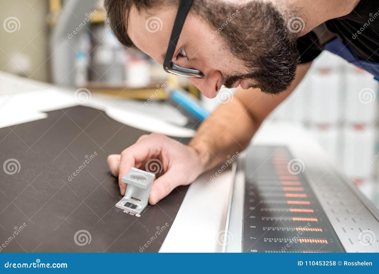 Kontrollera kvaliteten av printingen med förstoringsglaset