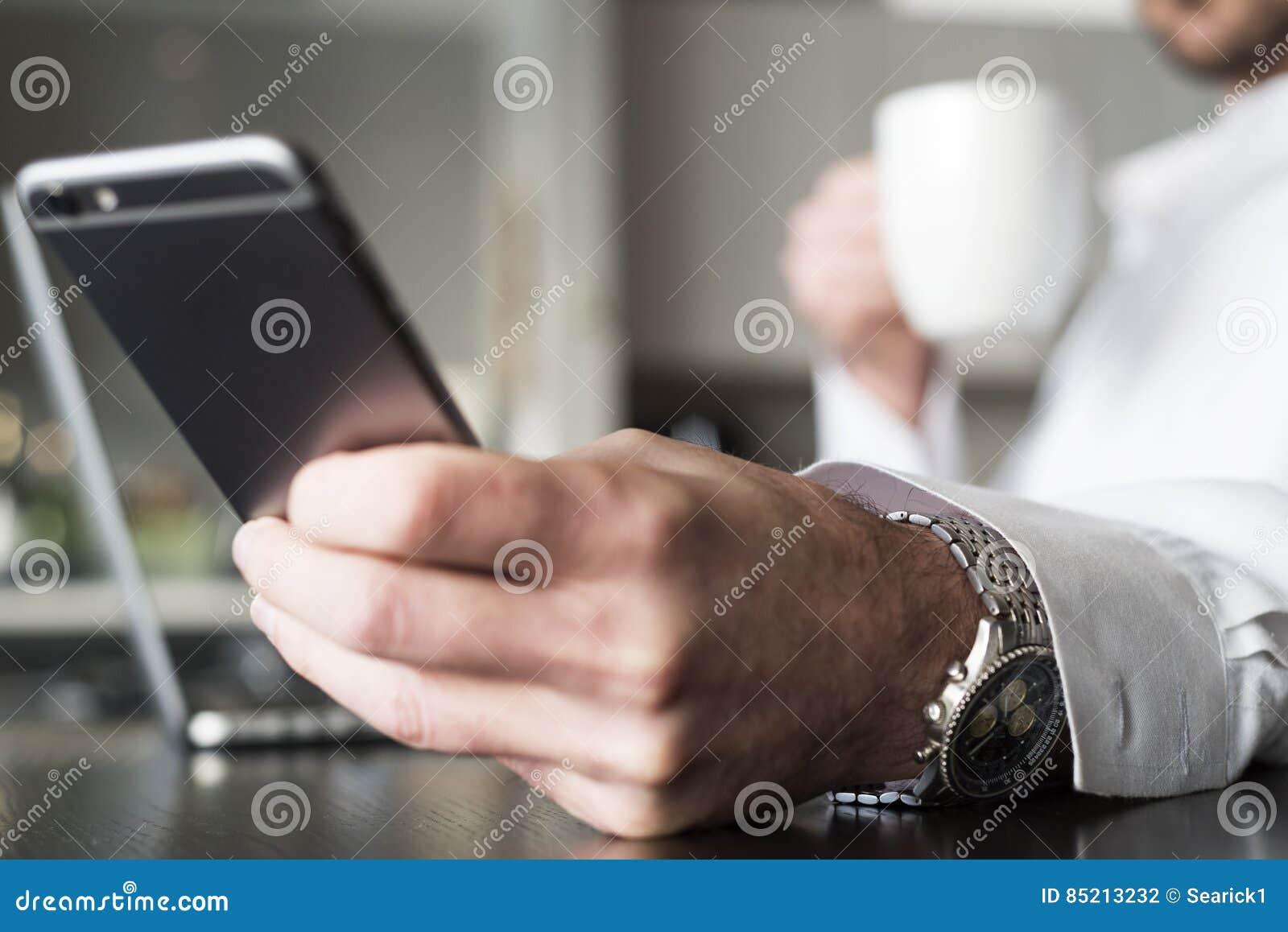 Kontrollera meddelanden på smartphonen