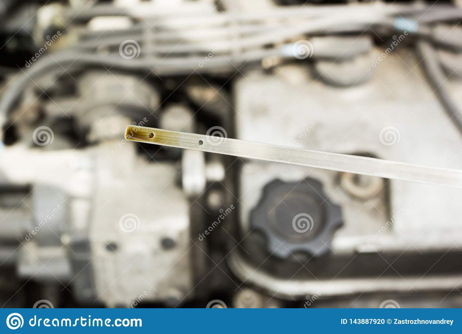 Kontrollera oljanivån av bilen mot motorn