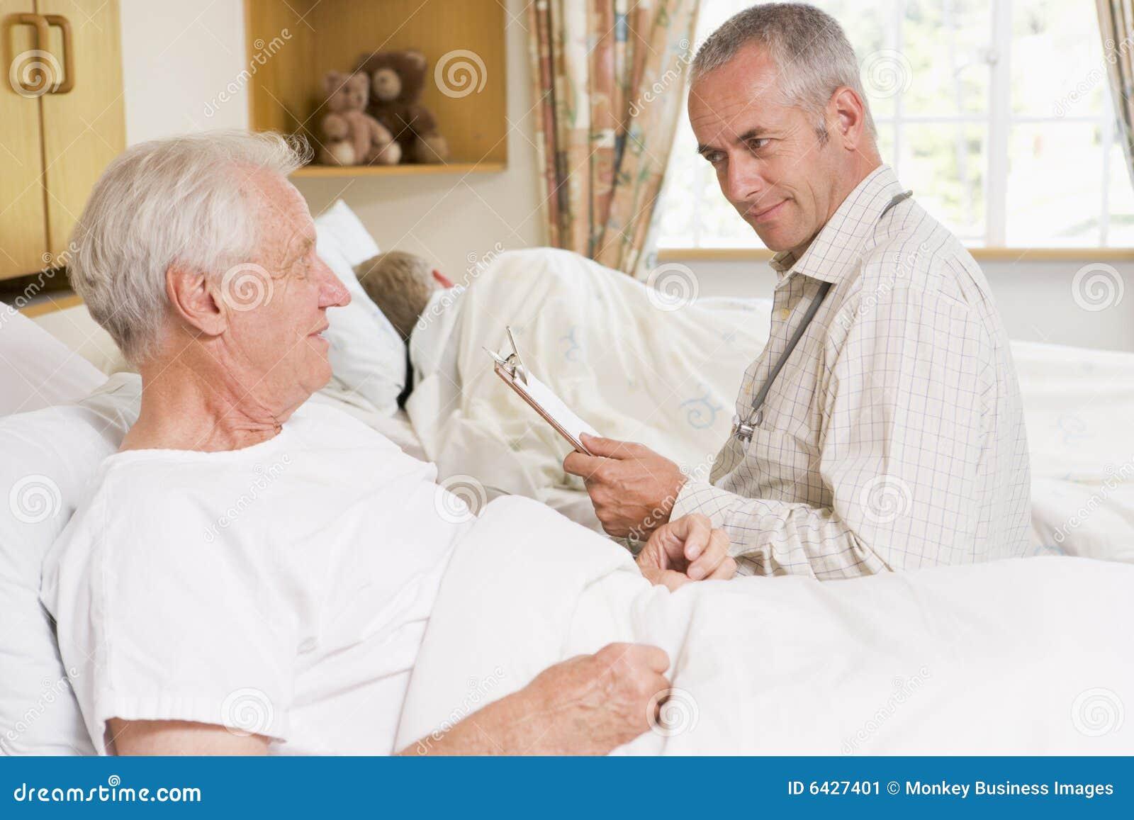 Kontrollera upp pensionären för doktorssjukhusman