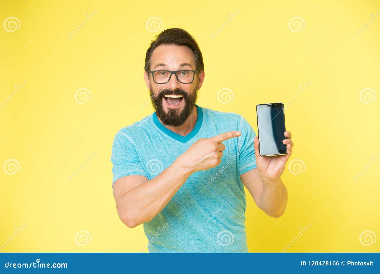 Kontrollera ut ny app Gladlynt peka för grabbglasögon på smartphonen Rekommenderar den lyckliga användaren för mannen försökappli