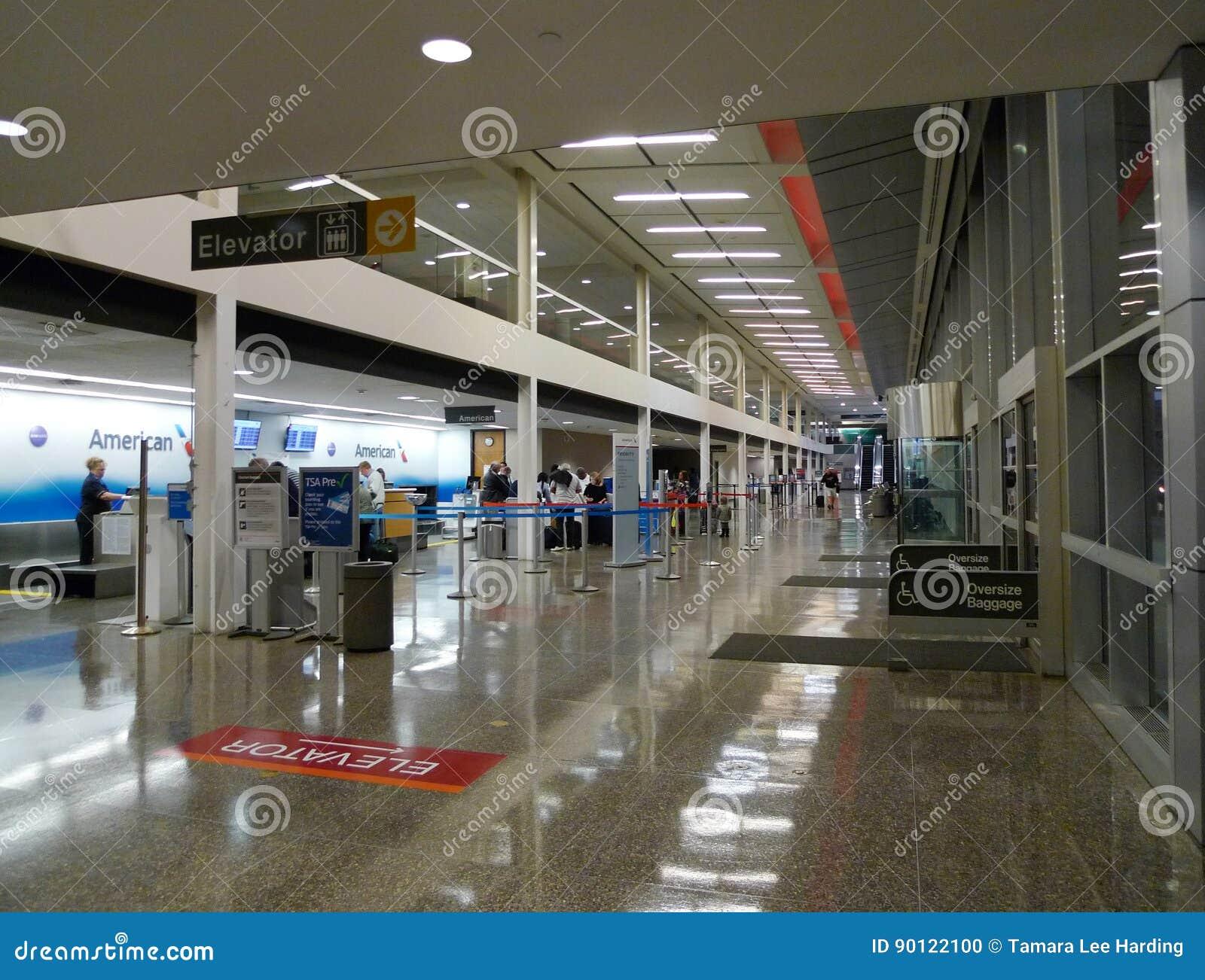 Kontrollerar hissen Tulsa för den internationella flygplatsen, American Airlines in område