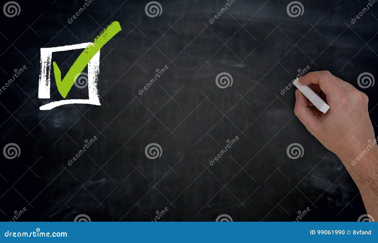 Kontrollista med handstil för kopieringsutrymmehand på svart tavla