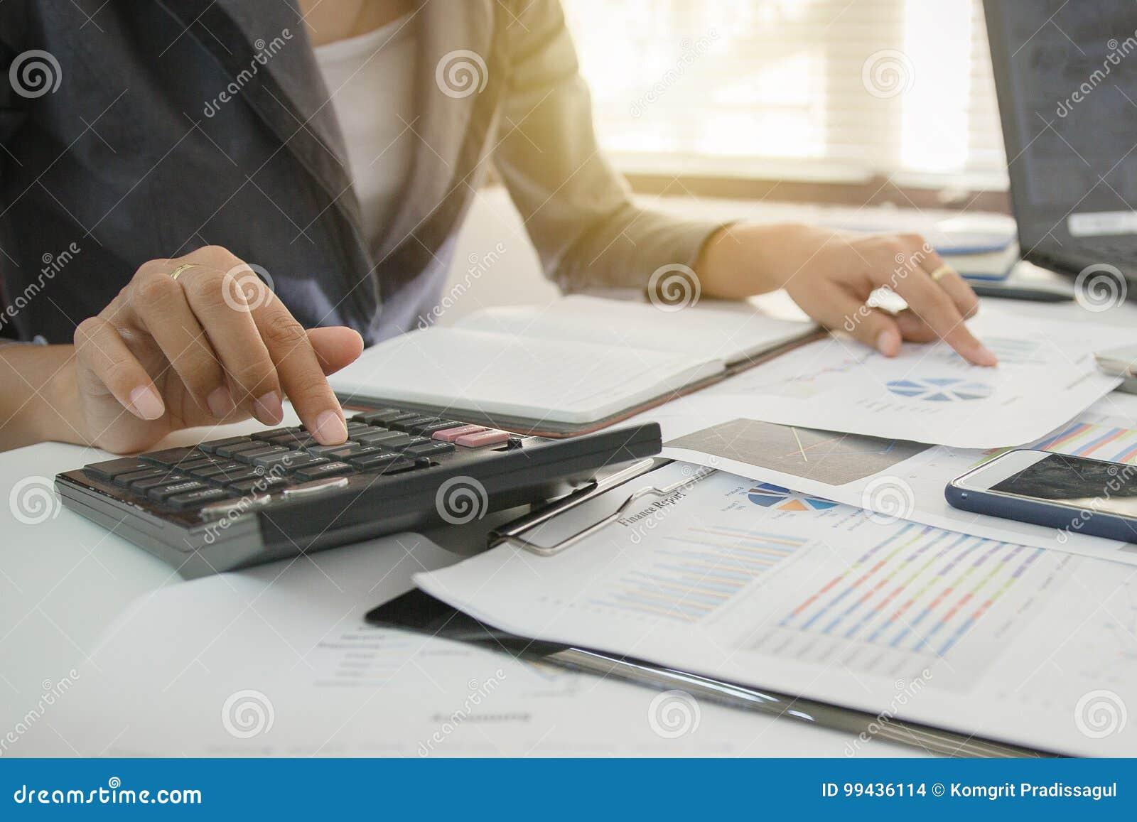 Kontroluje pojęcie, ludzie biznesu pieniężnego marketingu raportu, kalkuluje równowagę Usługowy sprawdza dokument