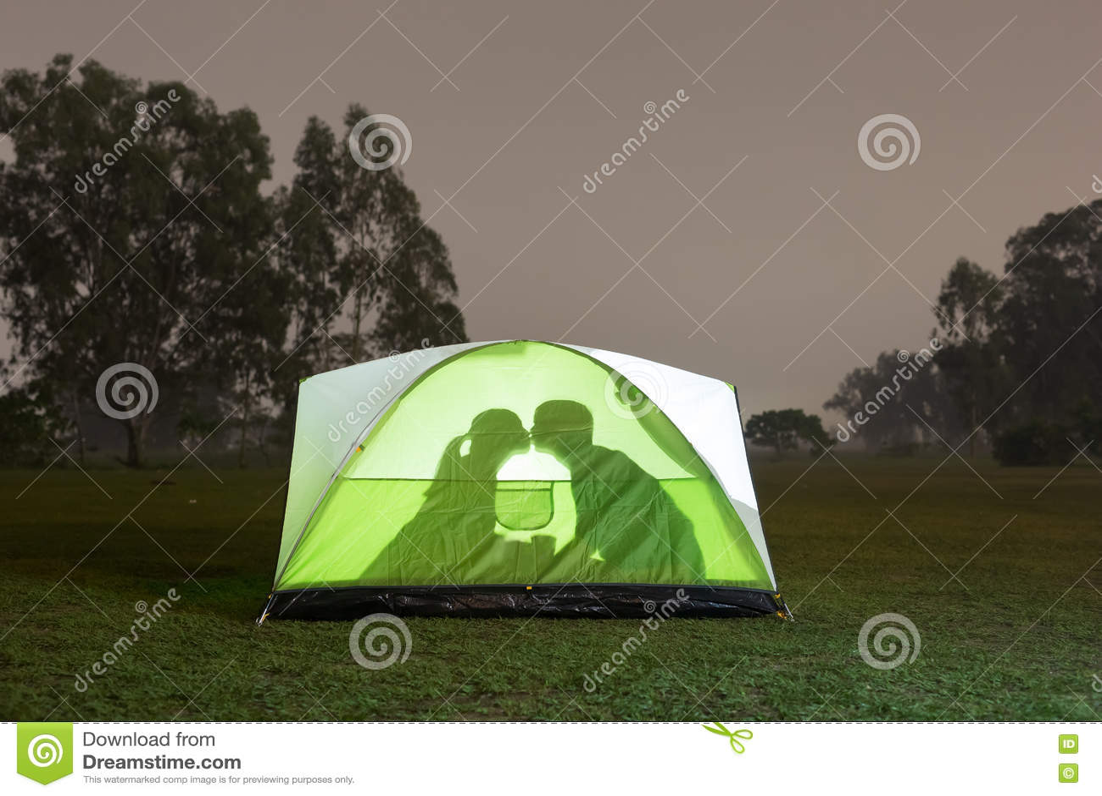 Konturpar Som Campar Under Stjärnor I Tält Fotografering för