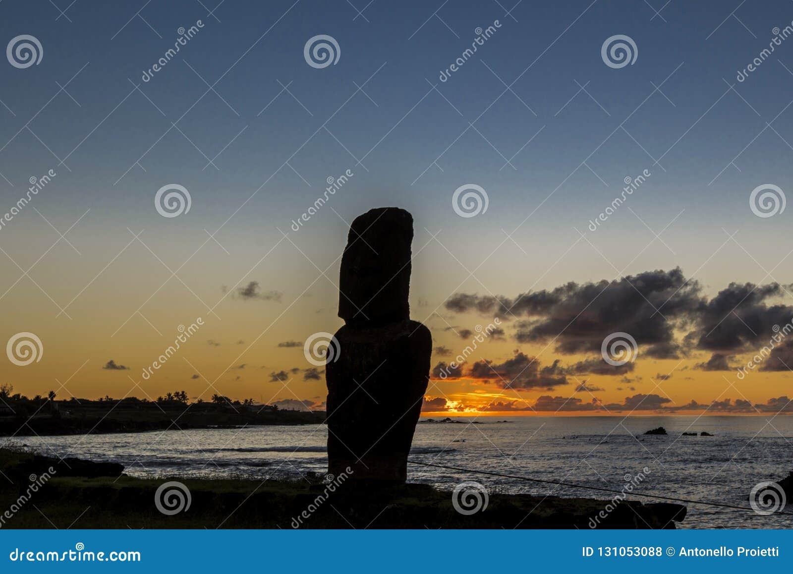 Kontur av den ensamma moaien på solnedgången nära marina av Hanga Roa