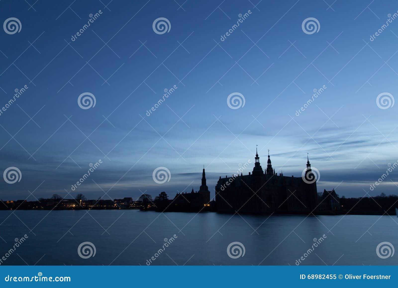 Kontur av den Frederiksborg slotten, Danmark