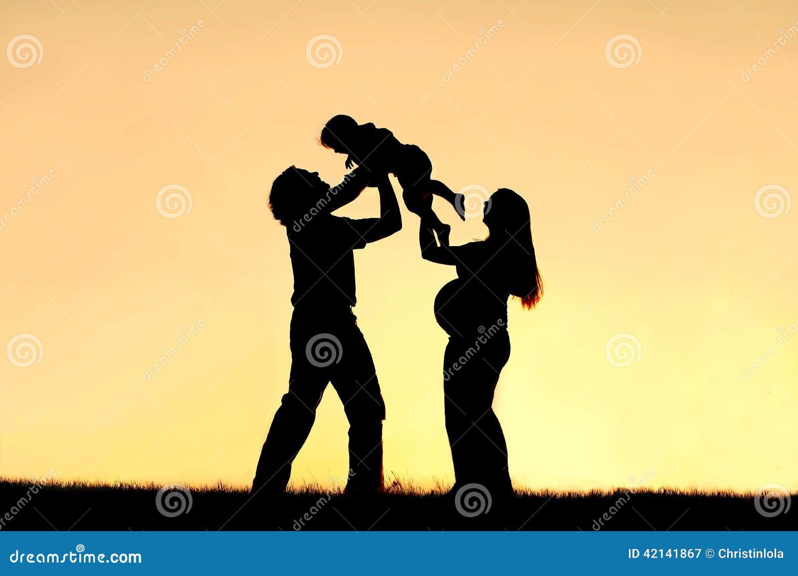 Kontur av den lyckliga familjen som firar havandeskap