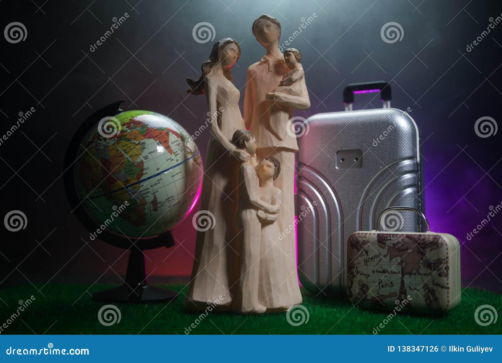 Kontur av den unga familjen med bagage som går på flygplatsen, flicka som visar något till och med fönstret